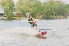 Parque extremo, Kiev, Ucrania - pueden, 07, 2017 - un salto practicado del hombre joven en Wakeboarding Foto que procesa el grano Imagen de archivo
