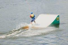 Parque extremo, Kiev, Ucrania - pueden, 07, 2017 - un salto practicado del hombre joven en Wakeboarding Foto que procesa el grano Imagen de archivo libre de regalías