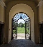 Parque forjado da porta e do castelo no fundo, Valtice, republ checo Imagens de Stock Royalty Free