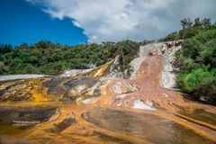 Parque geotérmica de Orakei Korako & caverna - geysers em Nova Zelândia fotografia de stock royalty free