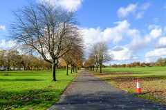 Parque Glasgow Footpath Through de Bellahouston los árboles en otoño foto de archivo libre de regalías