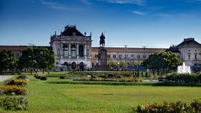 Parque grande delante del ferrocarril principal Zagreb, kolodvor de Glavni, Croacia fotos de archivo libres de regalías