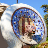 Parque Guell de Barcelona da serpente do mosaico de Gaudi imagem de stock royalty free