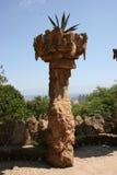 Parque Guell de Gaudi en Barcelona - caminos y columnas fotografía de archivo