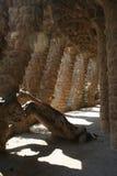 Parque Guell de Gaudi en Barcelona - los caminos y las columnas arquean imagenes de archivo