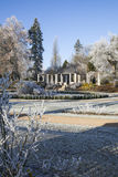 Parque hermoso con el pavilon cubierto en nieve Imágenes de archivo libres de regalías