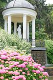 Parque hermoso con la escultura imagen de archivo