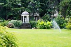 Parque hermoso con la escultura fotografía de archivo