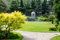Parque hermoso con la escultura imágenes de archivo libres de regalías