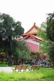 Parque hermoso con los bancos en el fondo del palacio para Foto de archivo