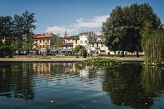 Parque hermoso del verano con el lago Pistóia ay fotografía de archivo