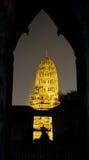Parque histórico de Ayutthaya, opinión de la noche Wat Ratburana fotografía de archivo
