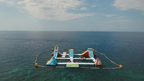 Parque inflável da água no mar Bali, Indonésia video estoque