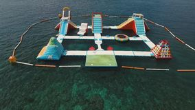 Parque inflable del agua en el mar Bali, Indonesia almacen de metraje de vídeo