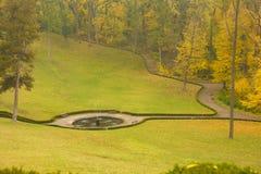 Parque inglés con una fuente fotos de archivo