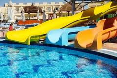 Parque multicolor del agua de las diapositivas en un día soleado Imagenes de archivo