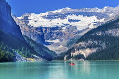 Parque nacional Alberta Ca de Louise Canoes Snow Mountains Banff do lago foto de stock