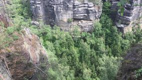 Parque nacional de Checo Suiza, rocas grandes, abismo almacen de video