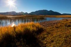 Parque nacional de Durmitor - área do lago no por do sol Imagens de Stock