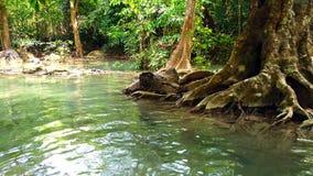Parque nacional de Erawan o cascada de Erawan en la provincia de Kanchanaburi en Tailandia 4K ultra HD almacen de video