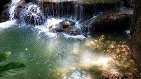 Parque nacional de Erawan o cascada de Erawan en la provincia de Kanchanaburi en Tailandia 4K ultra HD metrajes