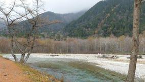Parque nacional de Kamikochi en las montañas septentrionales de Japón de la prefectura de Nagano, Japón Montaña hermosa en hoja d almacen de metraje de vídeo