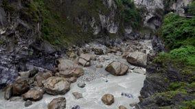 Parque nacional de la garganta de Taroko en Taiw?n Rocky Marble Canyon hermoso con los acantilados y el río peligrosos almacen de video