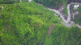 Parque nacional de la garganta de Taroko en Taiw?n Silueta del hombre de negocios Cowering metrajes