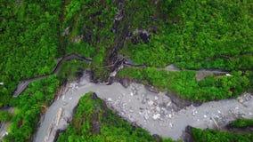 Parque nacional de la garganta de Taroko en Taiw?n Silueta del hombre de negocios Cowering almacen de video