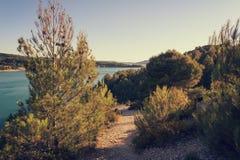 Parque nacional de las gargantas de Verdon, paisaje hermoso con el lago y río en las montañas de las montañas, Provence, Francia fotografía de archivo