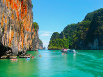 Parque nacional de Phang Nga, Tailândia 10 de fevereiro de 2010: As canoas na viagem ao parque nacional de Phang Nga em Tailândia Imagens de Stock Royalty Free