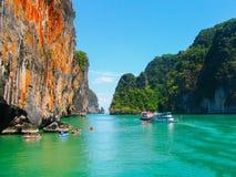 Parque nacional de Phang Nga, Tailandia 10 de febrero de 2010: Las canoas en el viaje al parque nacional de Phang Nga en Tailandi Imágenes de archivo libres de regalías