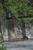 Parque nacional de Taroko en caídas del árbol de hoja perenne del condado de Hualien, Taiwán y templo de Changchun Fotografía de archivo libre de regalías