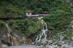 Parque nacional de Taroko en caídas del árbol de hoja perenne del condado de Hualien, Taiwán y templo de Changchun Imagenes de archivo
