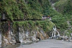 Parque nacional de Taroko en caídas del árbol de hoja perenne del condado de Hualien, Taiwán y templo de Changchun Imagen de archivo libre de regalías