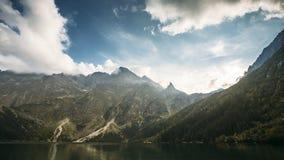 Parque nacional de Tatra, Polonia Lago famoso Morskie Oko mountains o lago eye del mar por la tarde del verano Puesta del sol her metrajes