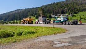 PARQUE NACIONAL DE YELLOWSTONE, WYOMING, LOS E.E.U.U. - 18 DE JULIO DE 2017: Equipo de la construcción de carreteras parqueado en Fotos de archivo