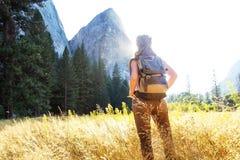 Parque nacional de Yosemite da visita feliz do caminhante em Calif?rnia fotos de stock royalty free