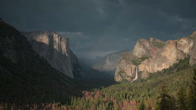 Parque nacional de Yosemite en la puesta del sol metrajes