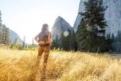 Parque nacional de Yosemite de la visita feliz del caminante en California imagenes de archivo