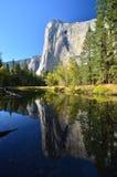 Parque nacional de Yosemite - reflexiones en el EL Capitan imagenes de archivo