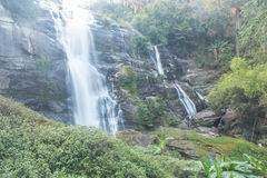 Parque nacional del inthanon del doi de la cascada de Wachirathan, Chomthong Chiangmai foto de archivo