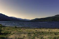 Parque nacional del lago Kovada debajo de los cielos claros azules anaranjados después del ocaso, hora azul Foto de archivo libre de regalías
