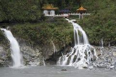 Parque nacional después de la lluvia, montañas de niebla, cascadas, selva tropical verde, colinas de Taroko rodeadas por las nube Imagenes de archivo