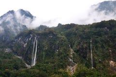 Parque nacional después de la lluvia, montañas de niebla, cascadas, selva tropical verde, colinas de Taroko rodeadas por las nube Imagen de archivo