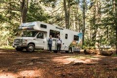 Parque nacional 30 do Algonquin de Canadá 09 2017 pares na frente do cruzeiro estacionado América do acampamento dos rios do lago Fotografia de Stock