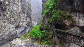 Parque nacional do desfiladeiro de Taroko em Taiwan Rocky Marble Canyon bonito com penhascos e o rio perigosos Ponto de vista pró vídeos de arquivo