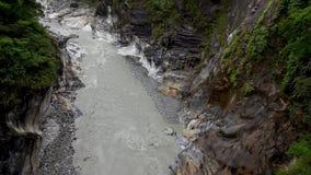 Parque nacional do desfiladeiro de Taroko em Taiwan Rocky Marble Canyon bonito com penhascos e o rio perigosos filme