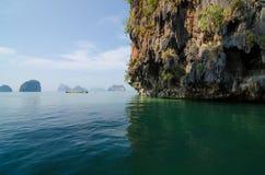 Parque nacional en la bahía de Phang Nga con el barco turístico, Tailandia Fotografía de archivo