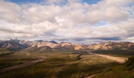 Parque nacional hinchado de Denali de la gama de Alaska del cielo azul de las nubes Foto de archivo libre de regalías